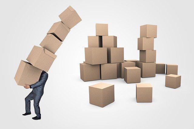 zavalený krabicemi