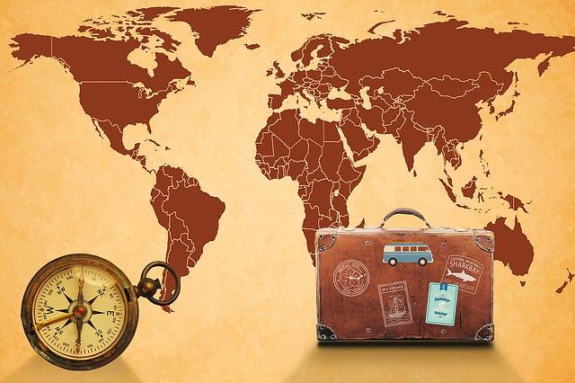 mapa světa a kufr