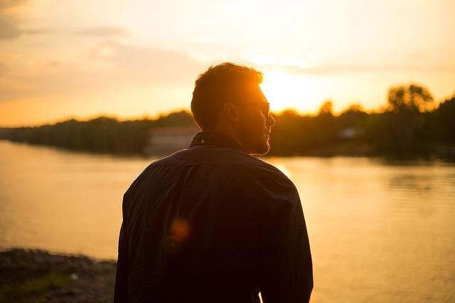 chlap a západ slunce