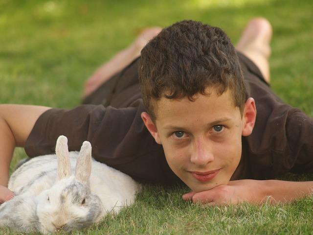 kluk s králíčkem
