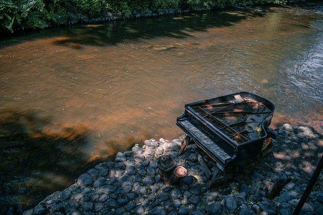 klavír u řeky