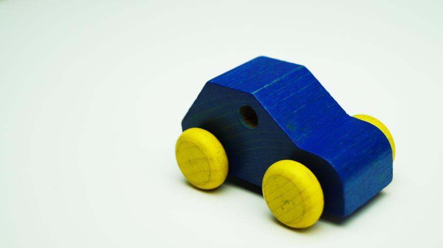 dřevěné modré auto.jpg