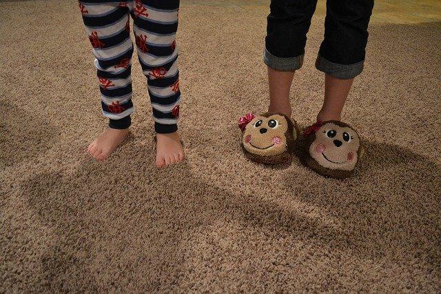 Dětské nohy v pyžamu