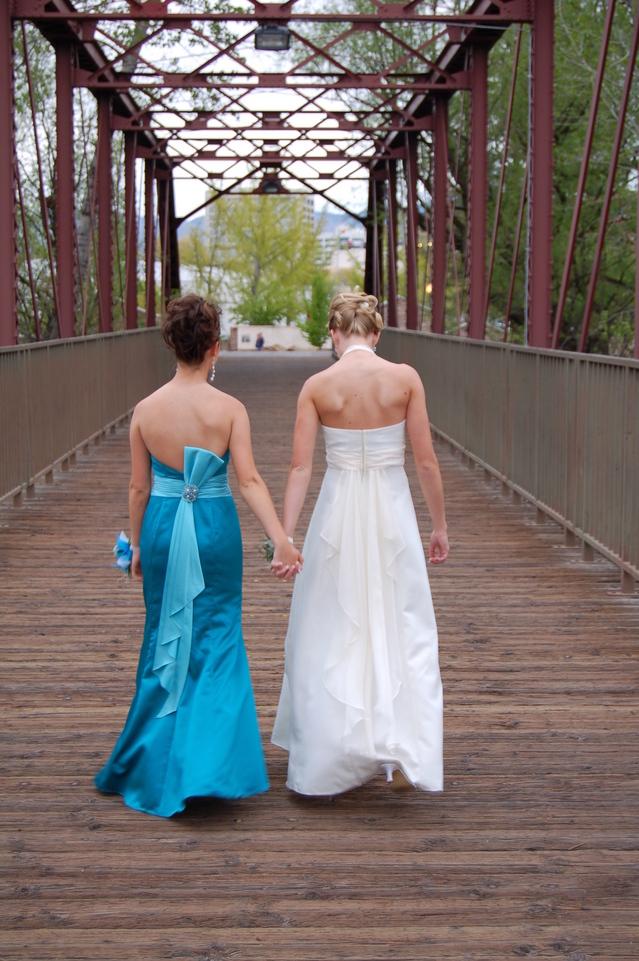 nevěsta odchází s družičkou