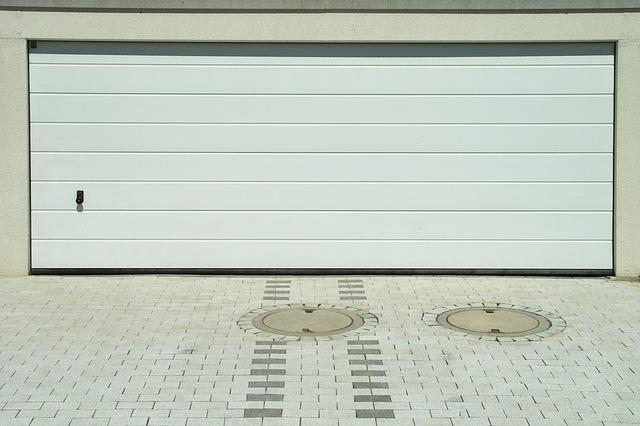 Bílá široká garážová vrata