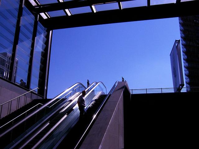skleněné zábradlí u východu z metra