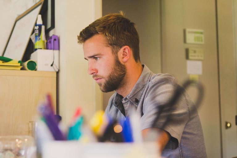muž, který zpracovává něco na počítači