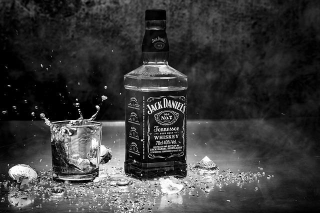 whiskey a sklenička