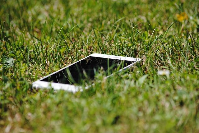 Telefon ležící v trávě